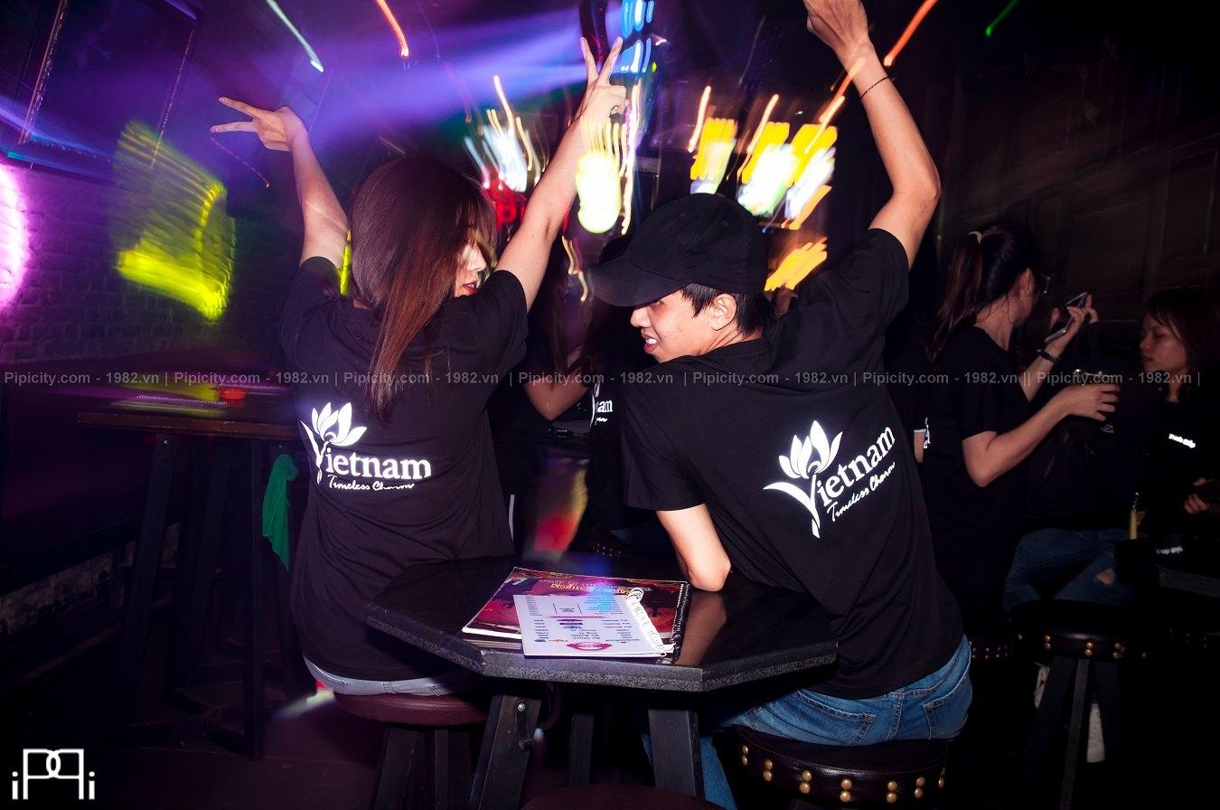 áo thun in phản quang nổi bật trong bar/club vào buổi đêm