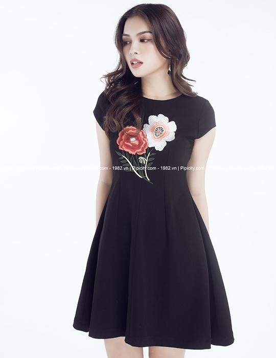 đầm đen xòe thêu hoa